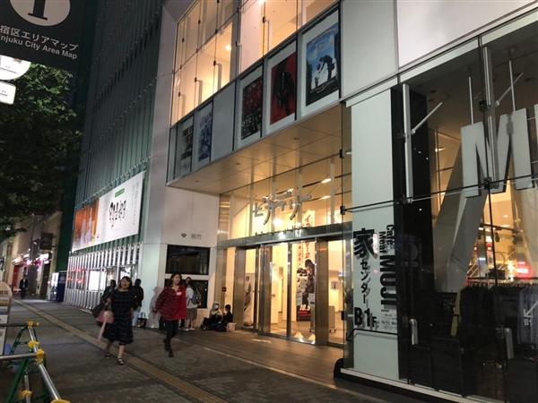 新宿ピカデリーにておそまつさんイベントの並び代行&グッズ購入代行